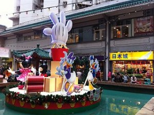 HK Aberdeen Centre Square fountain Disney cartoon Christmas decor Nov 2012 Japan Home City shop sign 300x224 Bottles and Handmade Flowers for Home Accessories